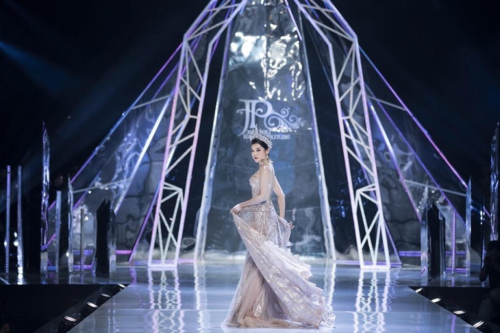 dan nguoi dep tro tai catwalk trong fashion show cua ntk anh thu