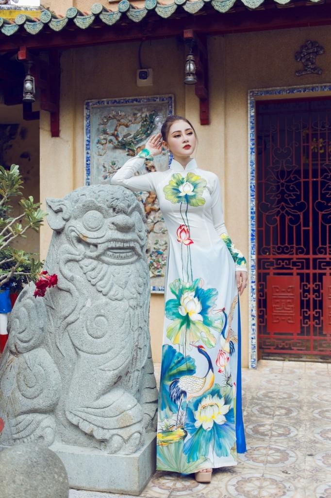 a hau ly kim thao nen na ao dai khoe nhan sac dam chat a dong