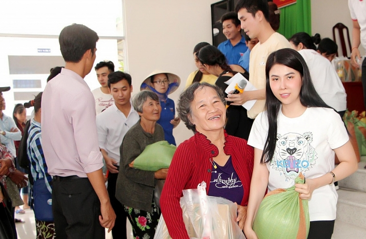 a hau phuong nghi trao 150 suat qua cho ba con ngheo tinh tien giang