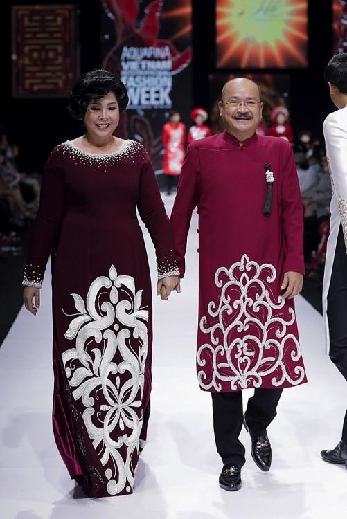 nsnd hong van lam nguoi mau catwalk tai aquafina vietnam international fashion week 2020