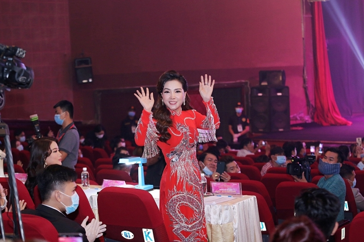 ngoc son cung truong ngoc anh ngoi ghe nong ban ket miss vietnam global business 2020