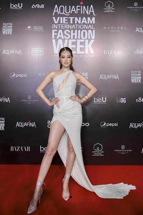 ngoc trinh cung dan hoa hau hoa nu than ngay tren tham do be mac aquafina vietnam international fashion week 2020