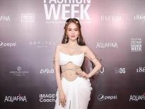 Ngọc Trinh 'hóa nữ thần' ngay trên thảm đỏ bế mạc 'Aquafina Vietnam International Fashion Week 2020'