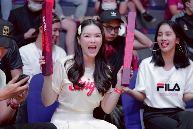 Lý Nhã Kỳ ngồi ghế VIP máu lửa cổ vũ Saigon Heat