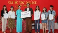 MC Thanh Thảo trao học bổng cho các bạn MC trẻ nhân kỷ niệm 3 năm thành lập CLB MC của trường VOV