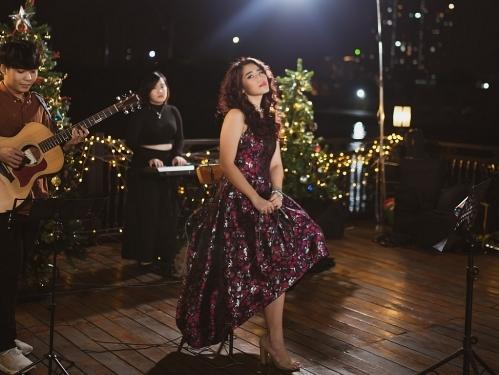 Cece Trương phát hành series nhạc mừng Giáng sinh, hát live trên boong tàu lãng mạn nhất Sài Gòn
