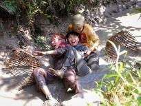 Bùi Anh Tuấn 'quậy'thả ga, lấm lem sình bùn bắt cá cùng nhóm Thiếu niên nhi đồng tại Cần Thơ