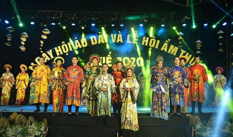 Dàn mẫu Việt lộng lẫy trong BST 'Cung son' của NTK Việt Hùng trên đất cố đô