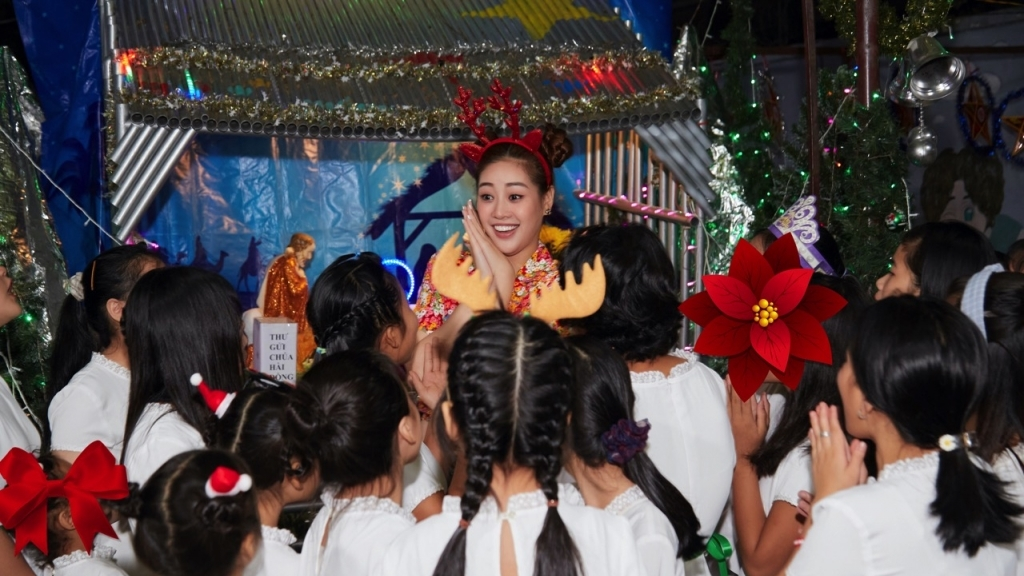 Hoa hậu Khánh Vân đón Giáng sinh cùng ngôi nhà OBV