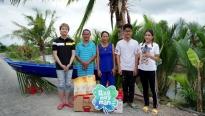 'Ngày may mắn': Khả Như, Duy Khánh trao tặng xuồng cho người đàn ông nghèo
