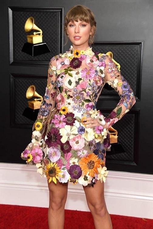 Dàn sao lồng lộn tham dự Grammy 2021 : BTS lịch lãm, Taylor Swift trở về với phong cách cô thôn nữ