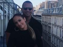 Jennifer Lopez khoe ảnh tình tứ với tình mới