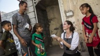 Angelina Jolie tham gia BBC Radio cho mùa Giáng sinh