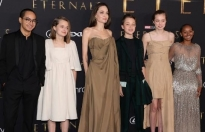 Angelina Jolie cho các con diện 'đồ cũ' đi xem 'Eternals'